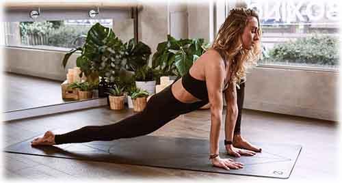 La pratique du yoga sur un tapis avec des indiquations complètes aident le yogi sur son positionnement