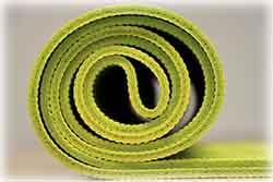 L'épaisseur du tapis de yoga permet de se sentir plus ou moins bien dans certaines positions