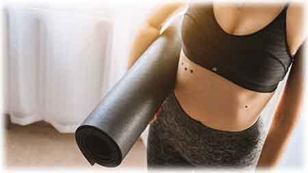 un tapis enroulé avec une femme. Transporté un tapis de yoga doit être facile !