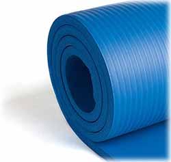 Le Kg Physio tapis de yoga est facile à être roulé avec ses sangles de voyage et sa composition en mousse