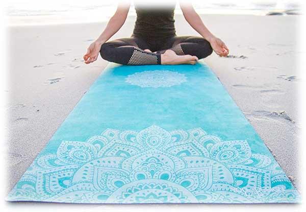 Encore un autre imprimé sur le tapis de yoga bleu indien