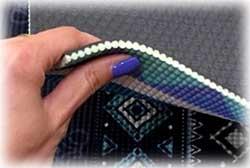Détail du tapis avec dessous une texture évitant la glisse et le dessus matelassé permettant une bonne tenue
