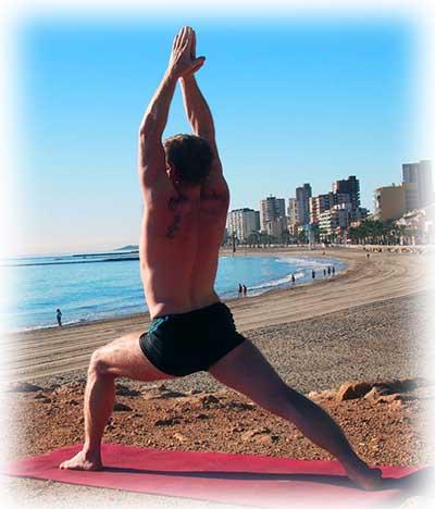 Top 5 des positions tapis de yoga : La posture du guerrier I (Virabhadrasana I) détend la partie supérieure du corps et renforce la partie inférieure